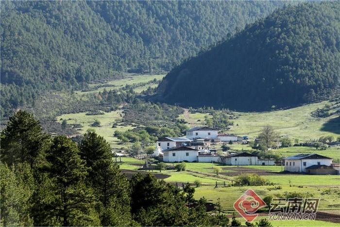 迪庆藏族自治州香格里拉市进入普达措景区公路边,清新宜人的藏族民居